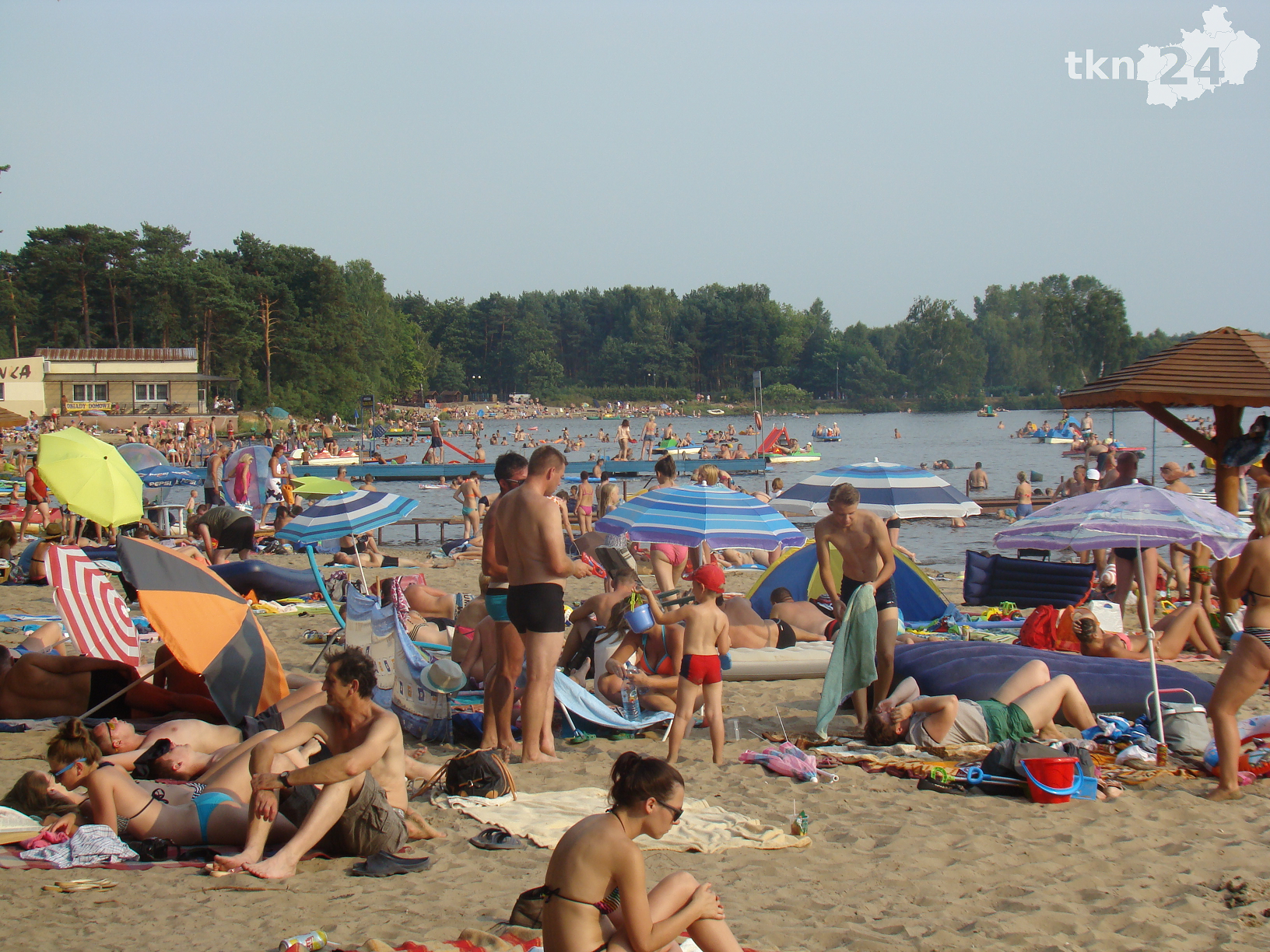 W weekend w Sielpi trudno o wolny skrawek plaży.