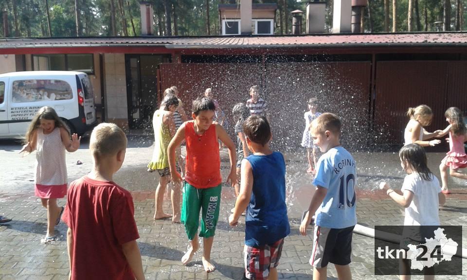 W gorący dzień dzieciaki mogły ochłodzić się pod kurtyną wodną.