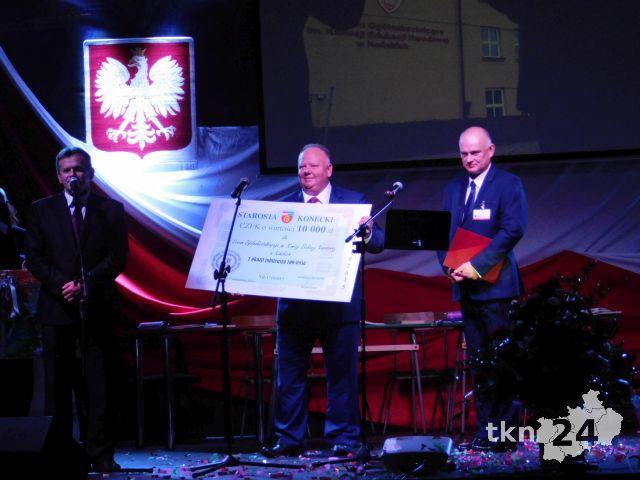 Bogdan Soboń w imieniu Starostwa Powiatowego przekazał I LO czek na kwotę 10 tysięcy złotych.