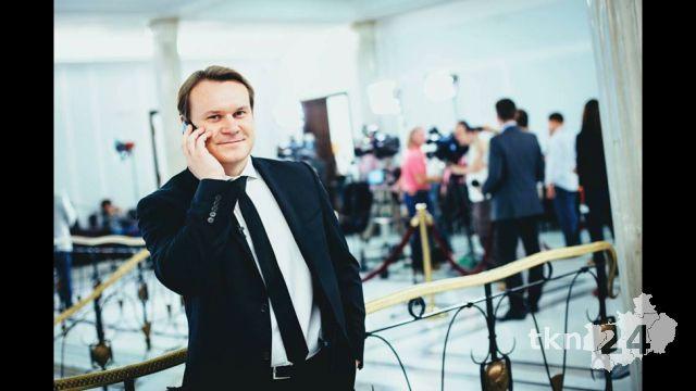 Dominik Tarczyński przy telefonie 1