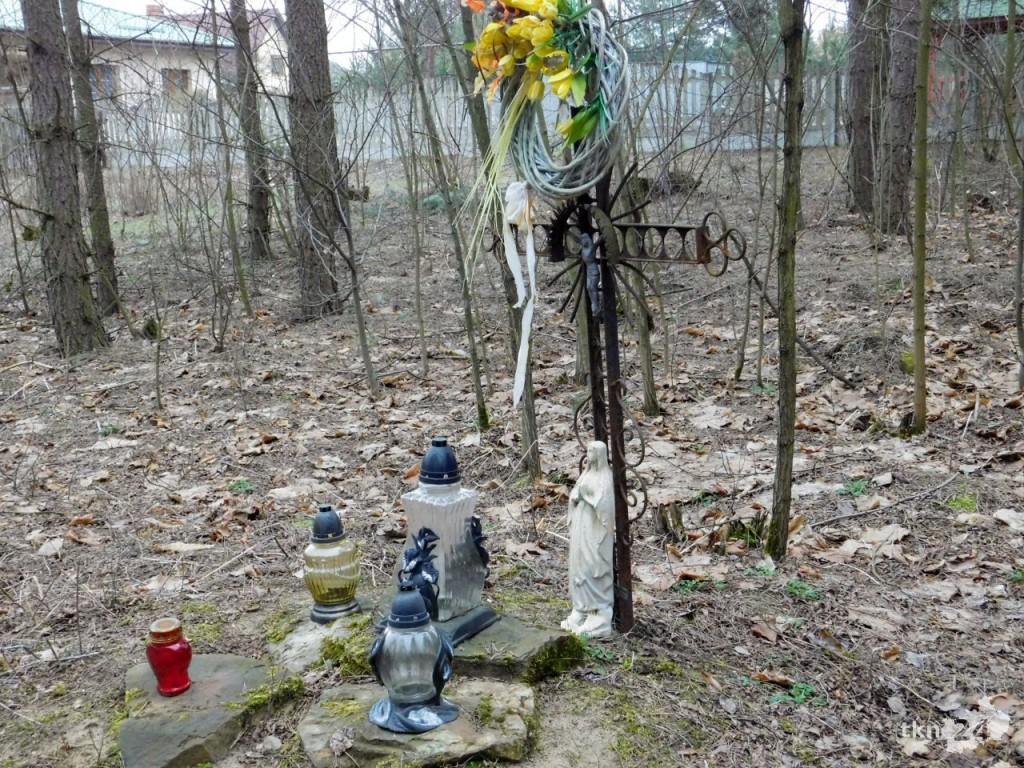 Obecnie tylko krzyż upamiętnia miejsce, w którym rozstrzelano dziesięciu Polaków.