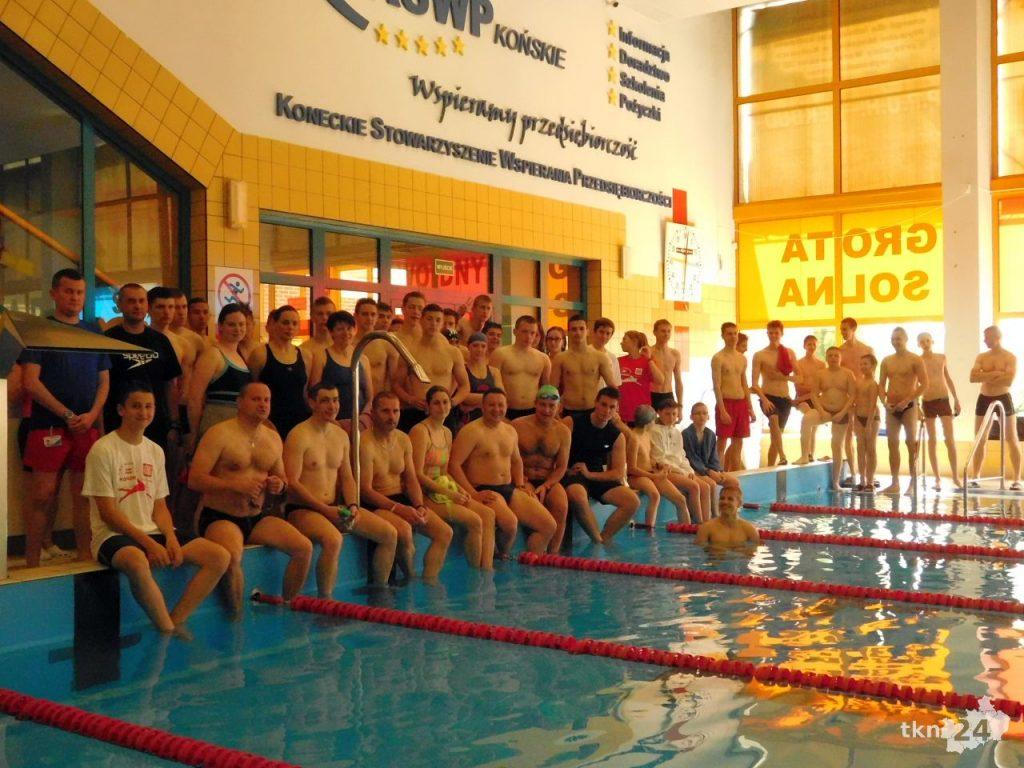 Tak prezentują się wszyscy uczestnicy I Koneckiego Maratonu Pływackiego.
