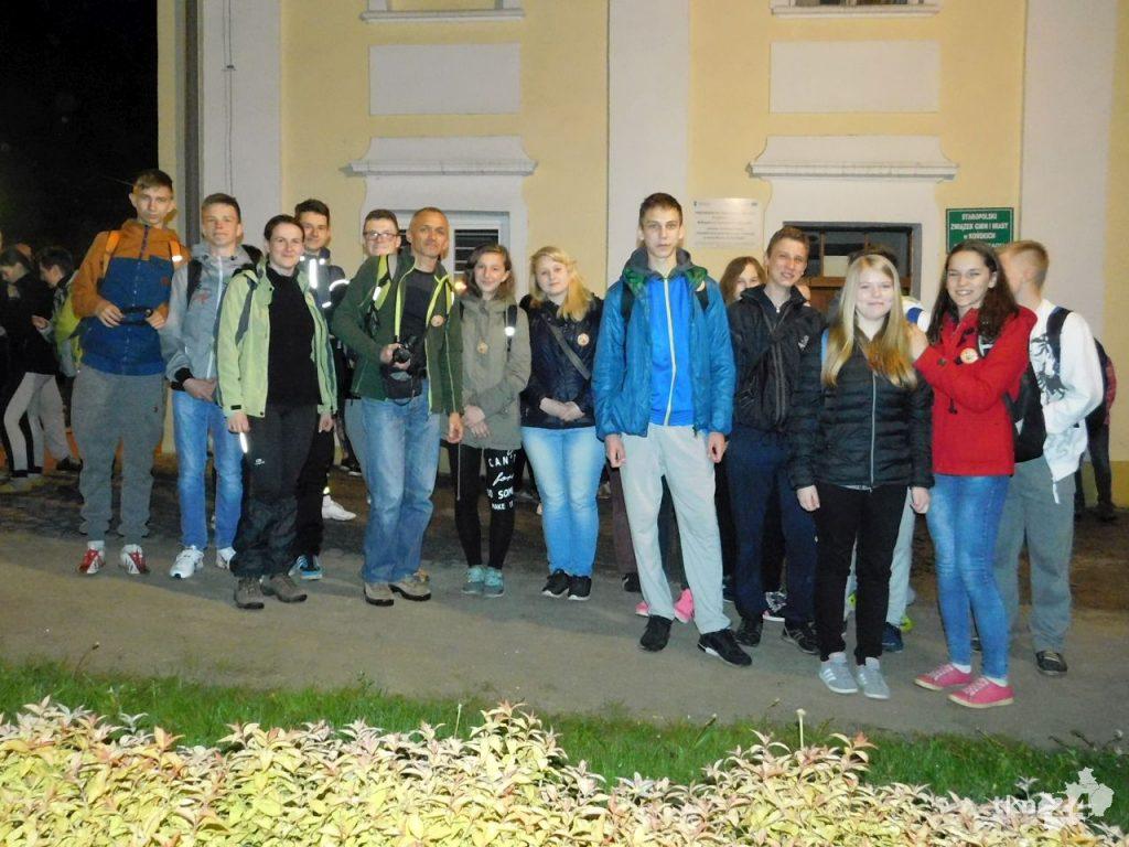 Grupa gimnazjalistów z Białaczowa wraz z dwójką opiekunów.