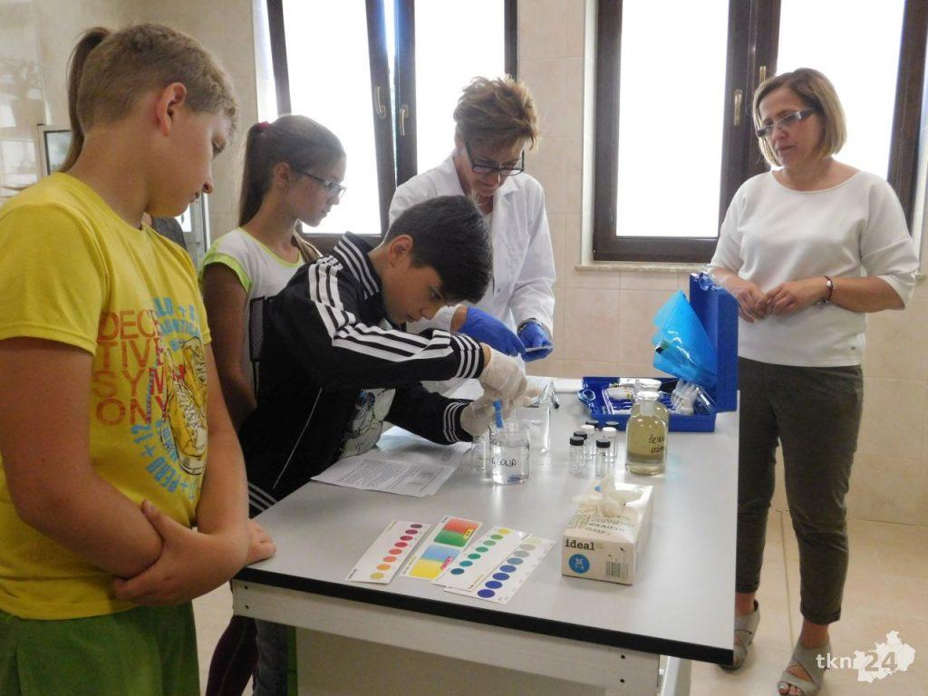 Eksperyment wykonywał Emanuel.