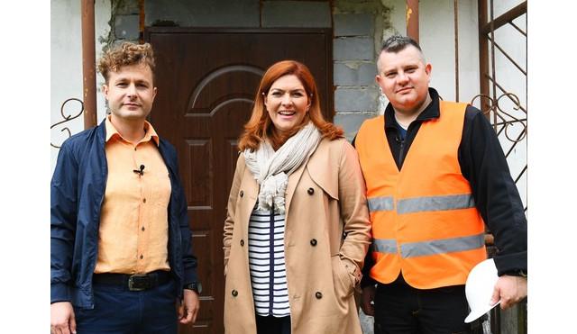 Katarzyna Dowbor wraz ze swoimi pomocnikami. Foto: nasznowydom.polsat.pl