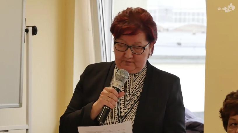 """Dyrektor DPS """"Etola"""" Zofia Zięba odpowiadała na zarzuty radnych."""